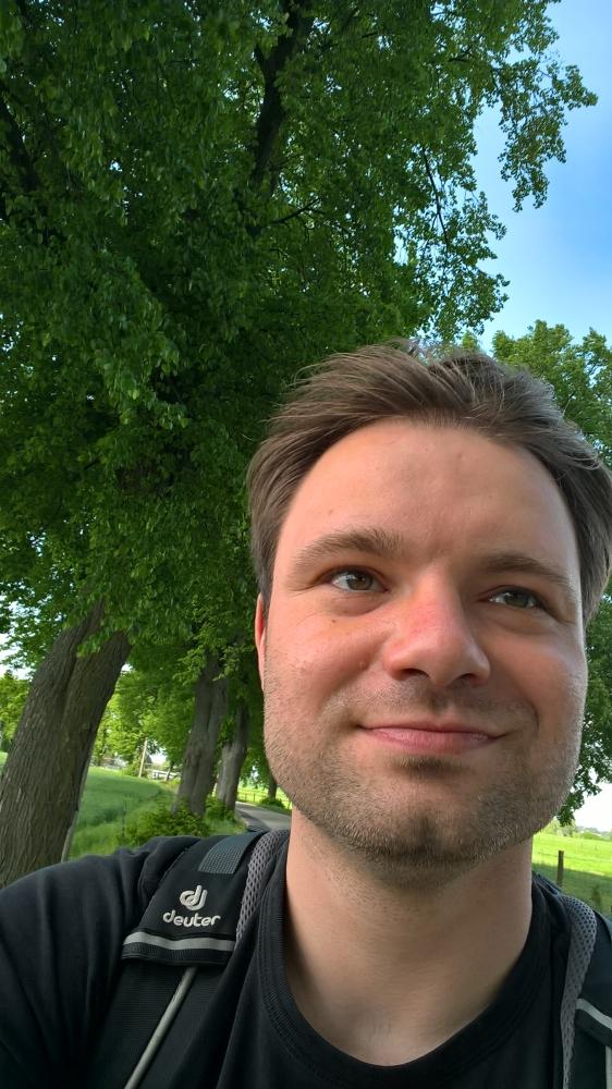 Ich auf einer alten mecklenburgischen Landstraße zwischen Alleebäumen. Foto: Robert Behrendt